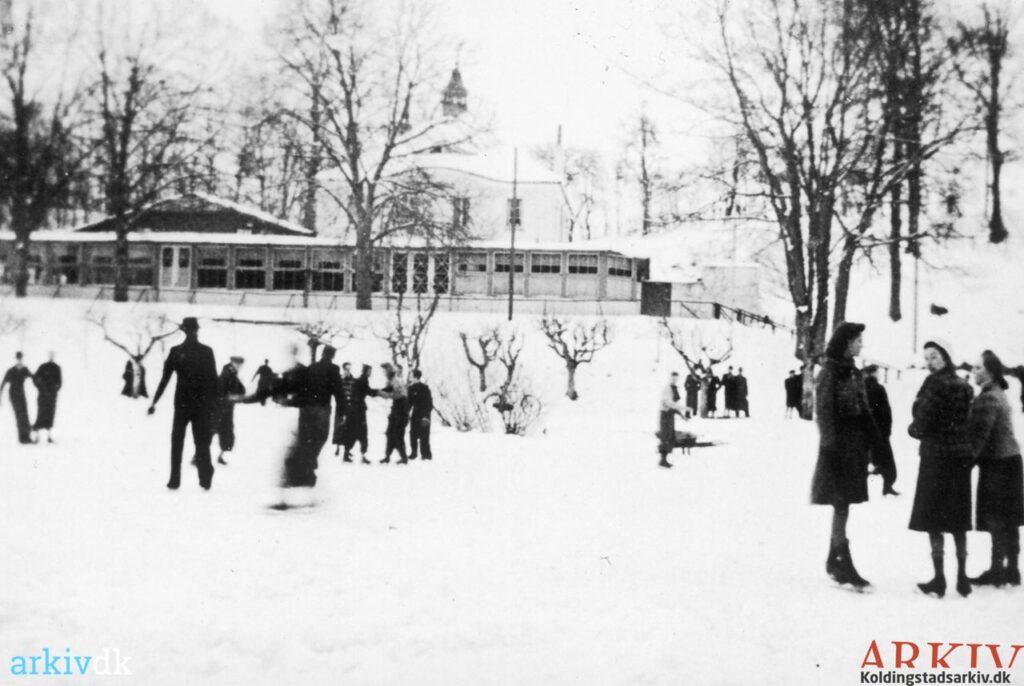 Januar 1940 Kolding. Skøjteløb på Marielundssøen. Ukendt fotograf, Kolding Stadsarkiv, B6668